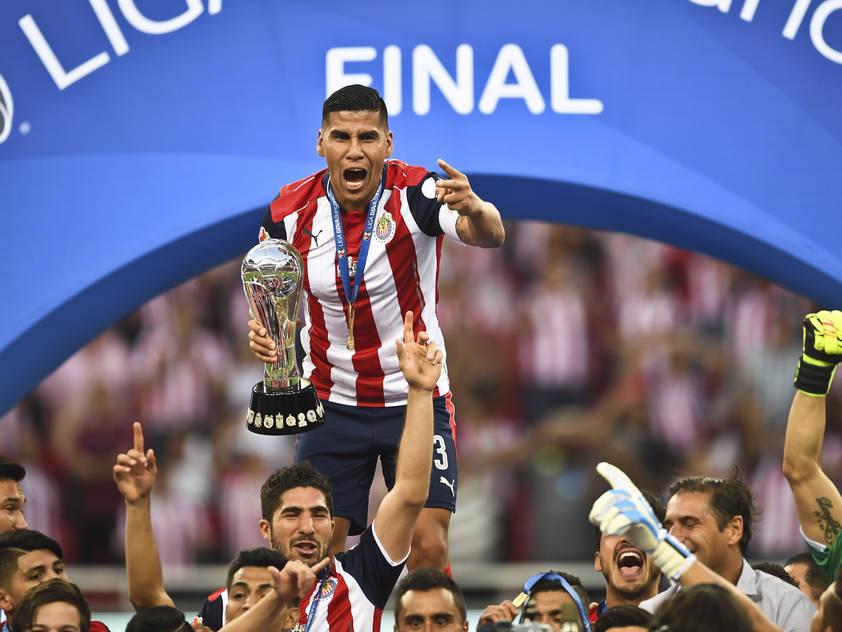 Chivas-Kapitän Carlos Salcido mit der Meistertrophäe