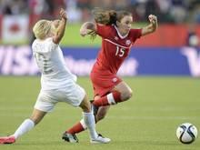 Die Kanadierin Allysha Chapman (r) im Zweikampf mit Betsy Hassett aus Neuseeland