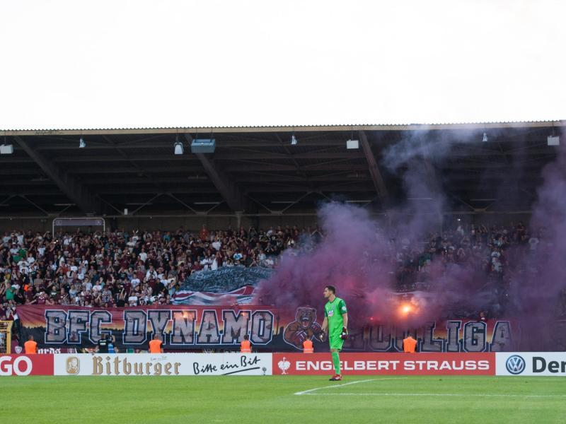 Fans vom BFC Dynamo zündeln während der Pokalpartie gegen Schalke 04