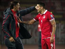Mladen Krstajic (li) bleibt Trainer des serbischen Nationalteams.