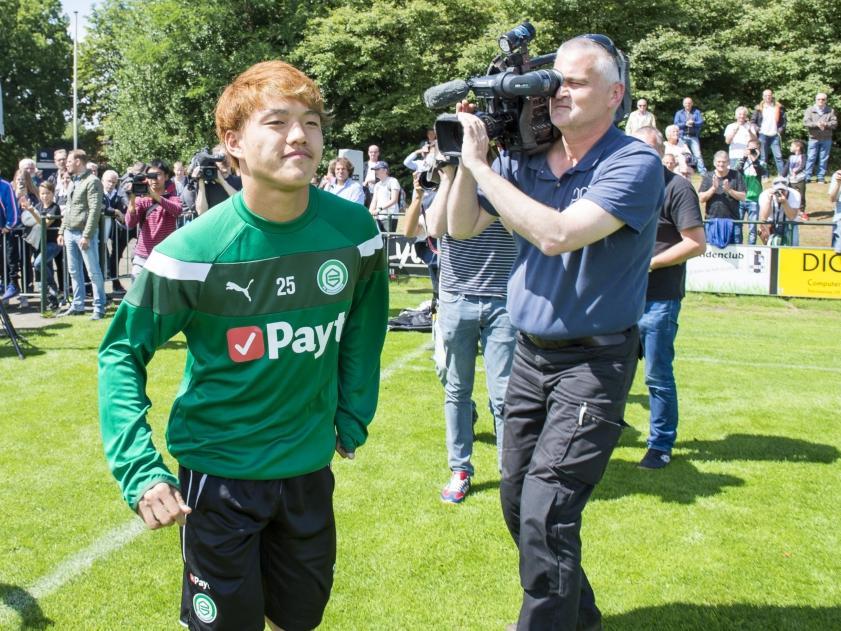 Grote belangstelling voor de Japanse aanwinst Ritsu Doan tijdens de eerste training van FC Groningen in het seizoen 2017/2108. (01-07-2017)