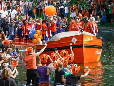 De OranjeLeeuwinnen worden gehuldigd door de grachten van Utrecht na het winnen van WEURO 2017. (07-08-2017)