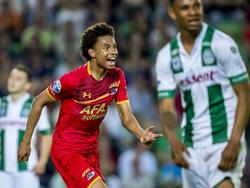 Calvin Stengs kan zijn ogen niet geloven. Vlak na het verlengen van zijn contract bij AZ scoort de aanvaller zijn eerste goal in de hoofdmacht. Hij maakt er 1-3 van tegen FC Groningen. (17-05-2017)