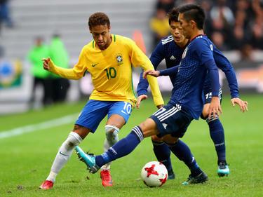 Neymar im Zweikampf mit seinen japanischen Widersachern