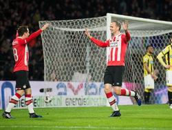 Siem de Jong (r.) is blij met zijn goal tegen Vitesse en bedankt de gever van de assist: Andrés Guardado (l.). (18-03-2017)