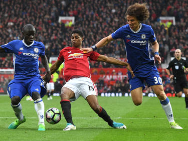 N'Golo Kanté (l.) en David Luiz (r.) proberen Marcus Rashford (m.) van de bal te zetten. (16-04-2017)
