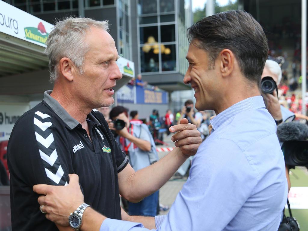 Frankfurts Cheftrainer Niko Kovac (r.) lobt seinen Kollegen Christian Streich vom SC Freiburg
