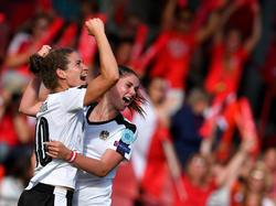 Nina Burger viert feest na het gemaakte doelpunt