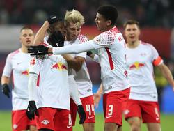 Naby Keita (l.) wurde nach seinem Treffer gegen Schalke von den Kollegen geherzt.