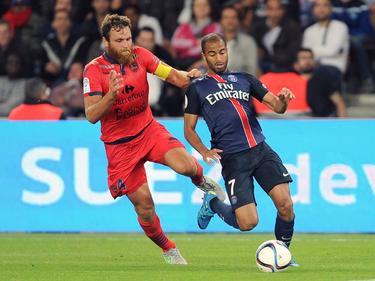 Ajaccios Roderic Filippi (l.) geht ins Laufduell mit Paris Saint-Germains Lucas Moura