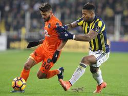 Júnior Caiçara im Duell mit Jeremain Lens von Fenerbahçe