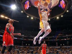 Josh McRoberts von den Lakers dunkt gegen die Bulls