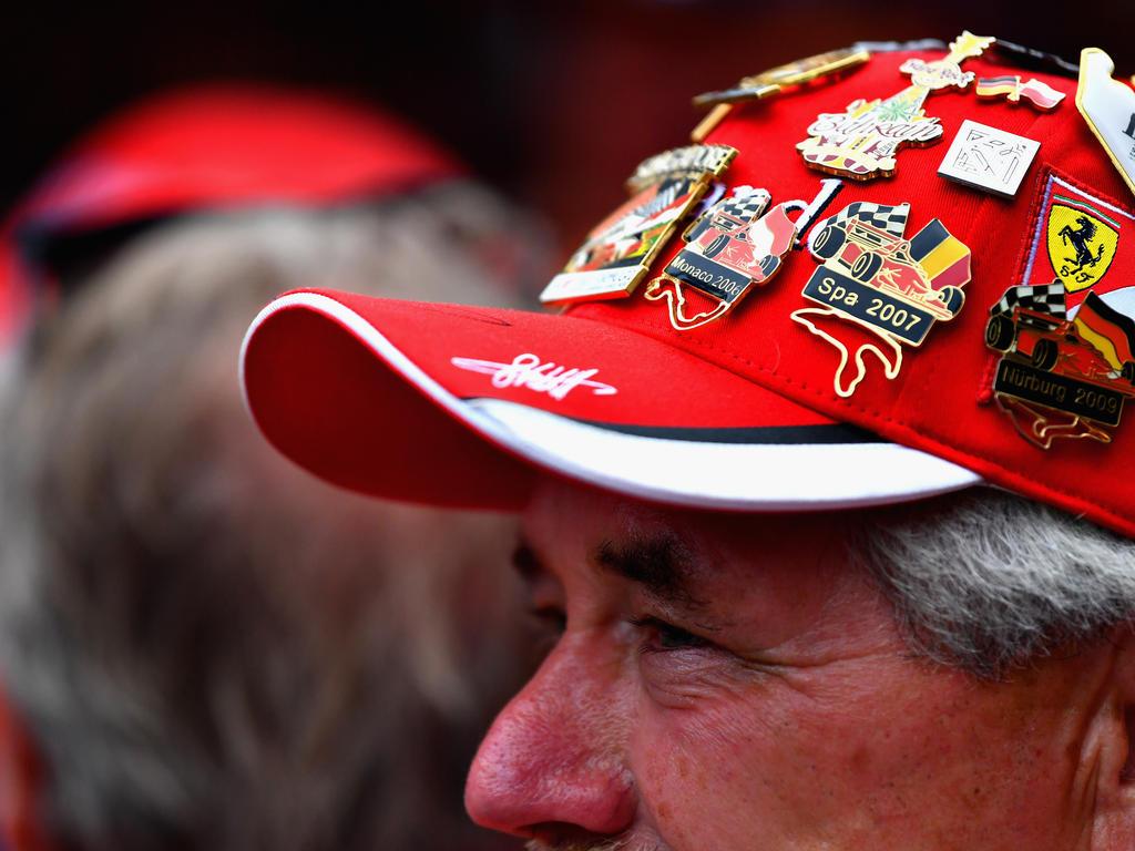 Wo dürfen Formel-1-Fans sich Anstecker für die Caps und andere Accessoires kaufen?
