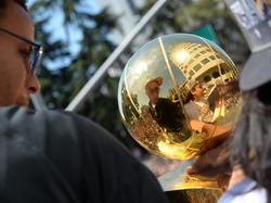 Spiegelbild in der NBA-Trophäe