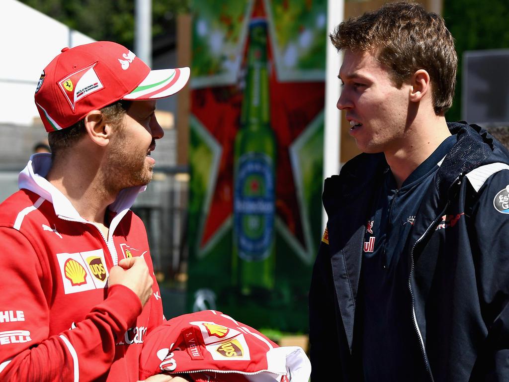 Sebastian Vettel (l.) und Daniil Kvyat sind künftig Teamkollegen